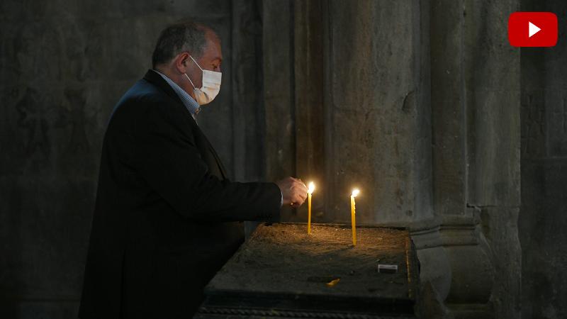 Արմեն Սարգսյանը շրջել է Գանձասարի վանական համալիրում, մոմ վառել և աղոթք հնչեցրել (տեսանյութ)