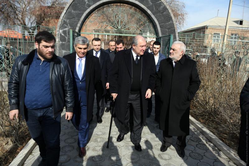 Բանակի օրվա առթիվ նախագահ Արմեն Սարգսյանն այցելել է Վազգեն Սարգսյանի ընտանիքին