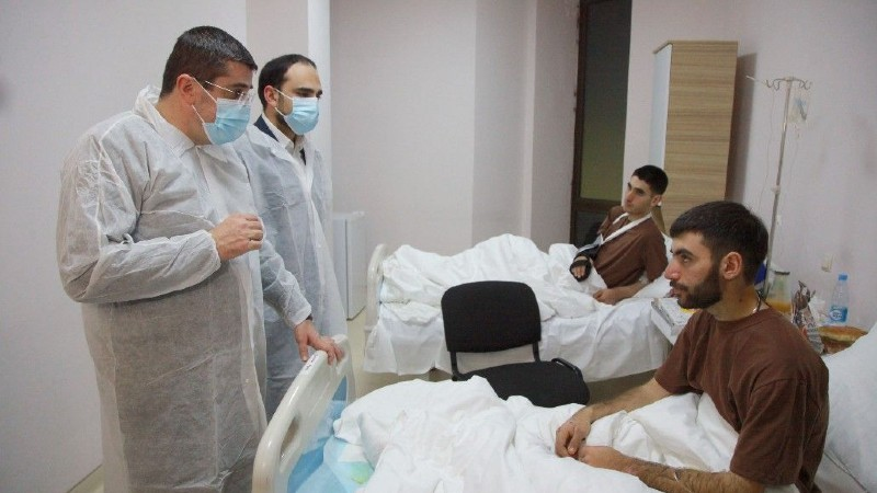 Արայիկ Հարությունյանն այցելել է հայրենիք վերադարձած և բուժօգնություն ստացող ՊԲ 6 ժամկետային զինծառայողներին