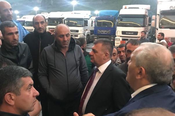 Տրանսպորտի նախարար Աշոտ Հակոբյանը Վերին Լարսում զրուցել է հայ վարորդների հետ