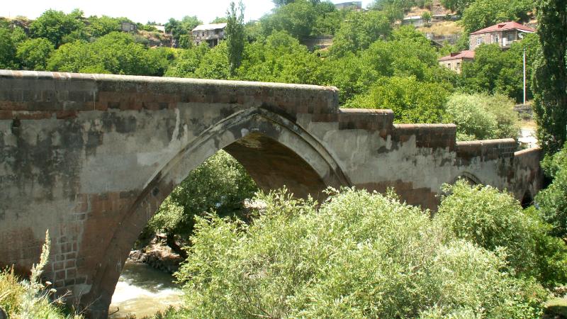 Աշտարակի կամրջի տակ բազմաթիվ կոտրվածքներով 55-ամյա կին է հայտնաբերվել