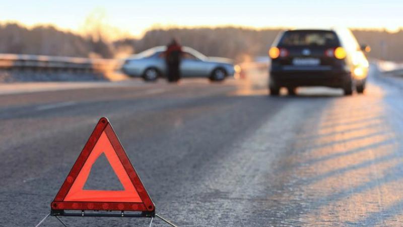 Արարատի մարզում բախվել են УАЗ 63 232-ն ու Opel-ը. վերջիններս տապալել են գազախողովակի ավելի քան 10 հենասյան ու հայտնվել դաշտում