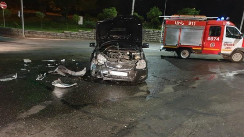 Երևանում բախվել են «Chevrolet Aveo» և «Lada Priora»  մակնիշների ավտոմեքենաները․ «Chevrolet Aveo»-ի վարորդը հոսպիտալացվել է
