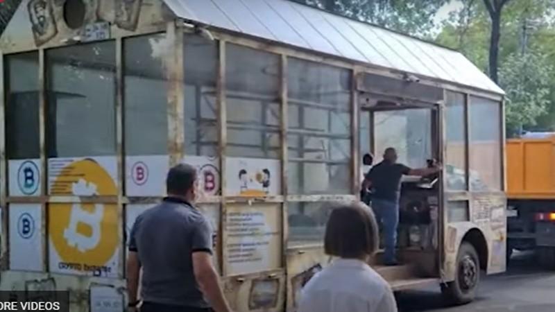 Տարհանվեց քաղաքի կենտրոնում ամիսներ շարունակ կայանված ավտոբուսը (տեսանյութ)