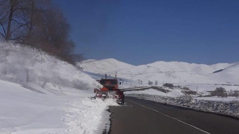Ճամբարակի, Եղեգնաձորի, Սիսիանի, Գորիսի, Կապանի, Մեղրիի տարածաշրջաններում և Տիգրանաշենի ոլորաններում ձյուն է տեղում