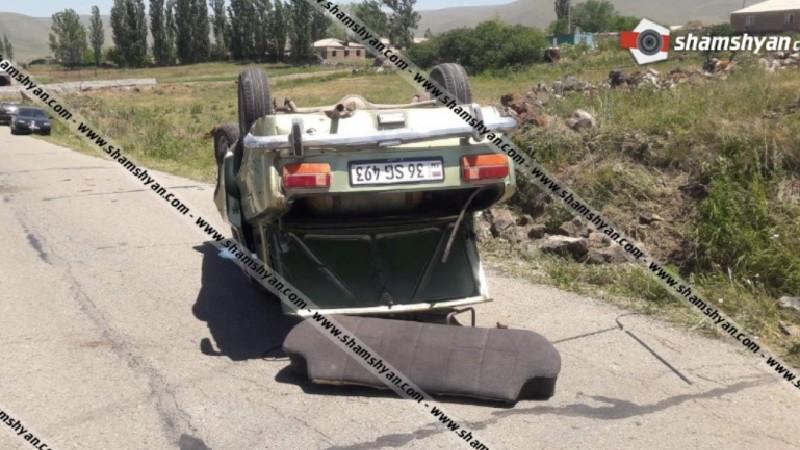 Խոշոր ավտովթար Գեղարքունիքում. ավտոմեքենայի անիվի պայթելու հետևանքով «03»-ը բախվել է քարերին և գլխիվայր շրջվել