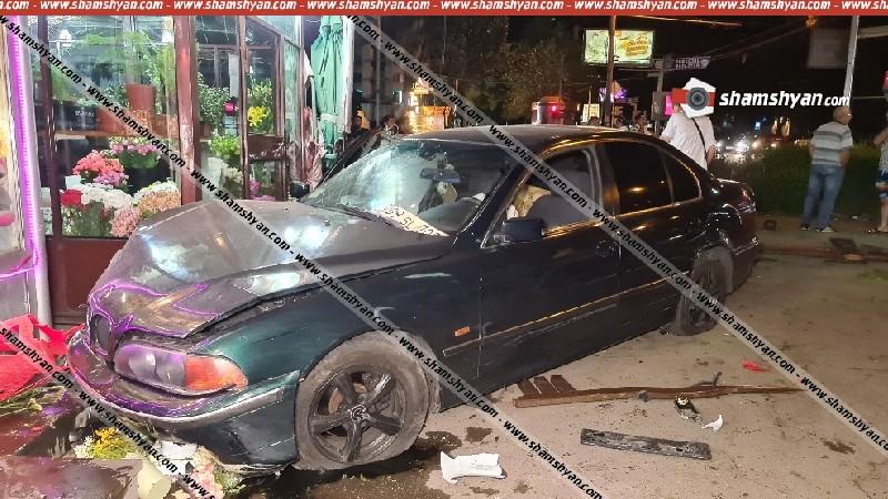 Երևանում BMW-ն տապալել է գովազդային վահանակը, կոտրել նստարանն ու հայտնվել ծաղկի սրահի մուտքի մոտ