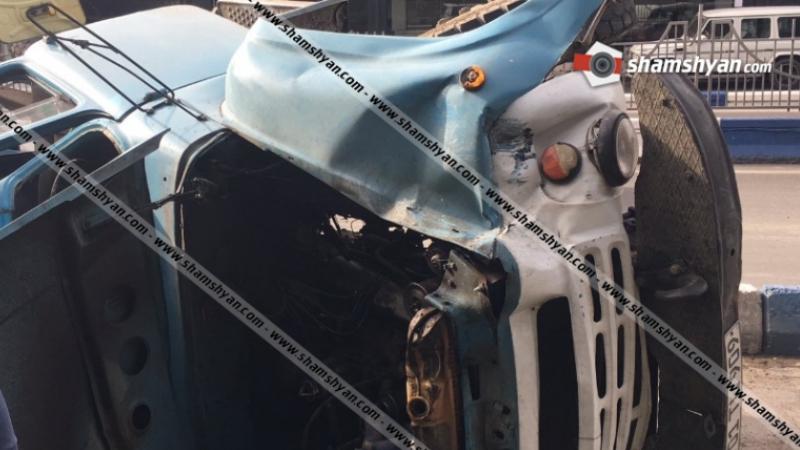 Երևանում ավազով բարձված ЗИЛ-ը բախվել է բետոնե պատնեշին, կողաշրջվելով հարվածել Range Rover-ին ու Iveko-ին