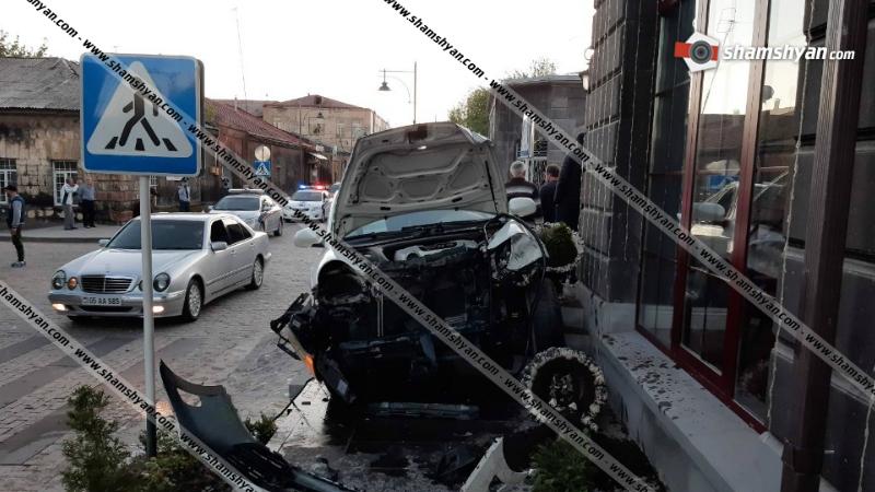 Գյումրիում իրար են բախվել Opel և 2 Porsche Cayenne մակնիշի ավտոմեքենաները․ կան վիրավորներ