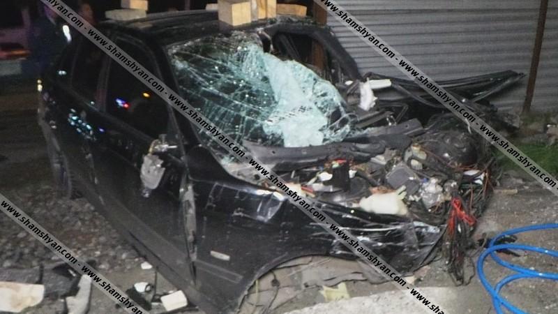 Ավտովթար Երևանում.BMW-ն բախվել է էլեկտրասյանը ու տապալել երկաթե ցուցանակը