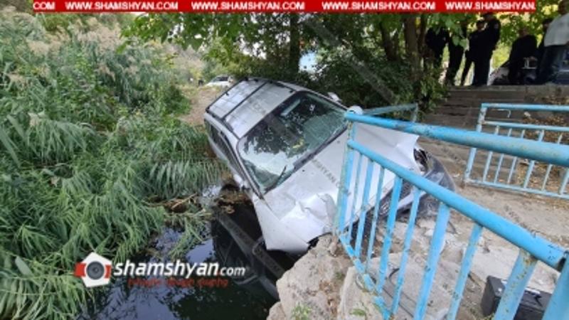 Hyundai Santa Fe-ն «Ֆլորենսիա» ռեստորանի մոտ բախվել է ճաղավանդակներին և կիսակողաշրջվել, հայտնվելով Հրազդան գետի ափին