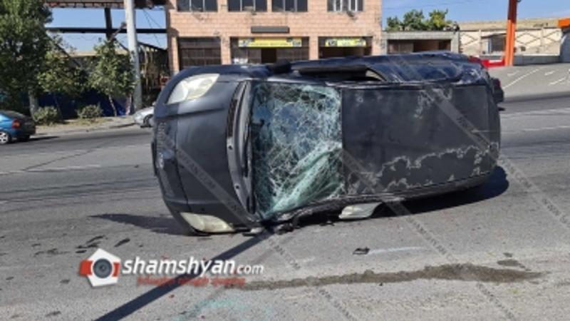 Երևանում բախվել են Nissan Tiida-ն ու Toyota Vitz-ը. վերջինս կողաշրջվել է. կա վիրավոր