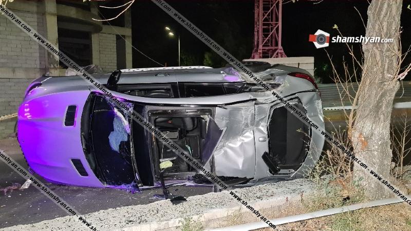 Mercedes-ը Ծիծեռնակաբերդի խճուղում բախվել է բետոնե պատնեշին և կողաշրջված վիճակում մասամբ հայտնվել ճանապարհի մեջտեղում. կան վիրավորներ