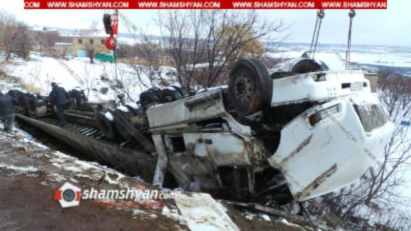 Խոշոր ավտովթար Արագածոտնի մարզում. 20 տոննայից ավել սոխով բարձված Volvo բեռնատարը կողաշրջվել է