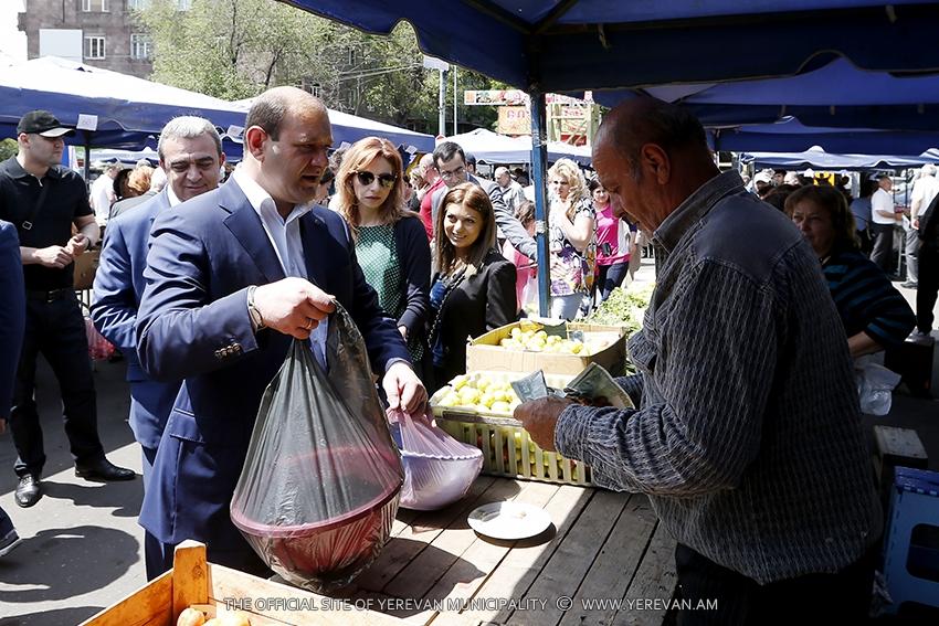 Քաղաքապետ Տարոն Մարգարյանը ծանոթացել է Կասյան փողոցում կազմակերպված գյուղատնտեսական մթերքների տոնավաճառի աշխատանքին