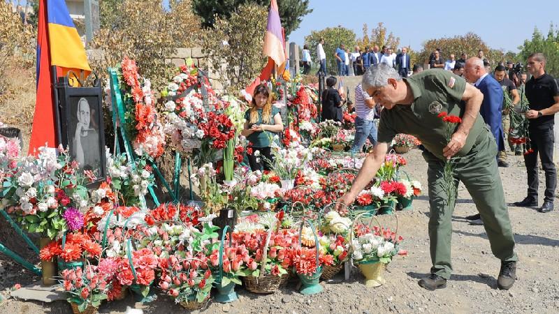 Վիտալի Բալասանյանը ծաղիկներ է խոնարհել Արցախյան և Հայրենական պատերազմներում զոհվածների շիրիմներին