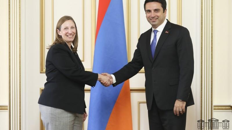 ՀՀ ԱԺ նախագահ Ալեն Սիմոնյանն ընդունեց Հայաստանում ԱՄՆ արտակարգ եւ լիազոր դեսպան Լին Թրեյսիին