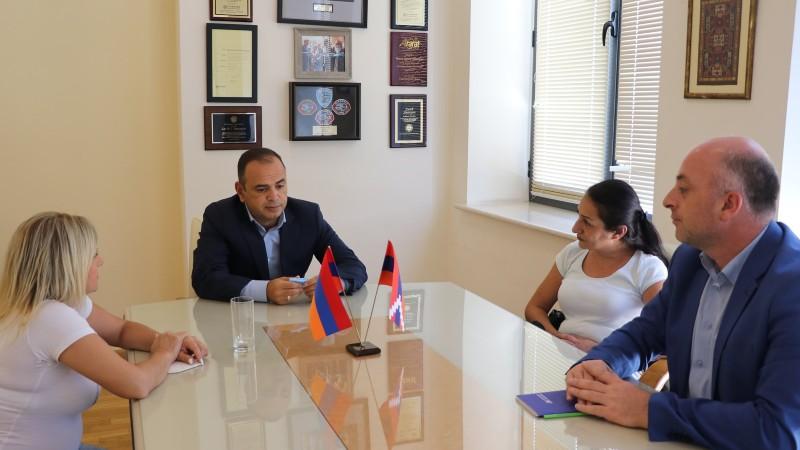 Զարեհ Սինանյանի հետ զրուցում խոսվել է, թե ինչպես գրասենյակը կարող է աջակցել Մարալ Նաջարյանին Հայաստանում աշխատանքի և կեցության հարցում