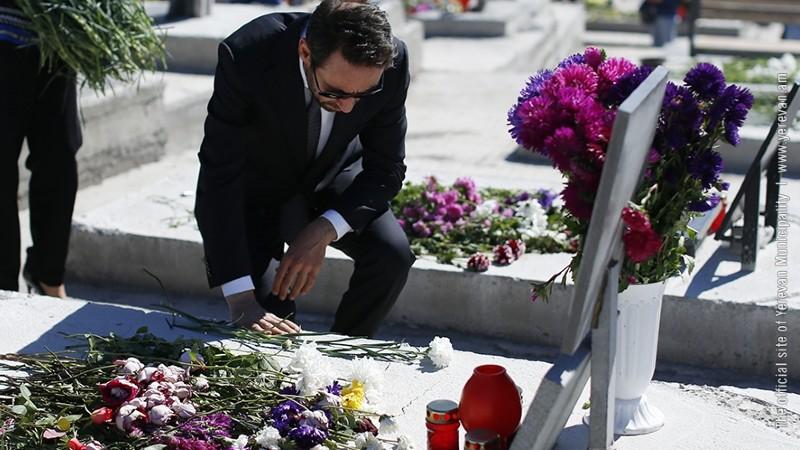 Քաղաքապետ Մարությանը հարգանքի տուրք է մատուցել Հայրենիքի սահմանների պաշտպանության ժամանակ անձնվիրաբար զոհված հերոսների հիշատակին (լուսանկարներ)