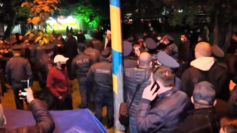 Բերման ենթարկվածներ, ցուցարարների միջև բախումներ ազատության հրապարակում (տեսանյութ)