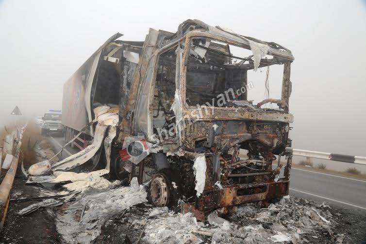 Ծիլքար գյուղի վարչական տարածքում խոշոր հրդեհ է բռնկվել բեռնատարում, որից հետո Mercedes-ը բախվել է «07»-ին և ոստիկանական Вилис-ին. (լուսանկարներ)