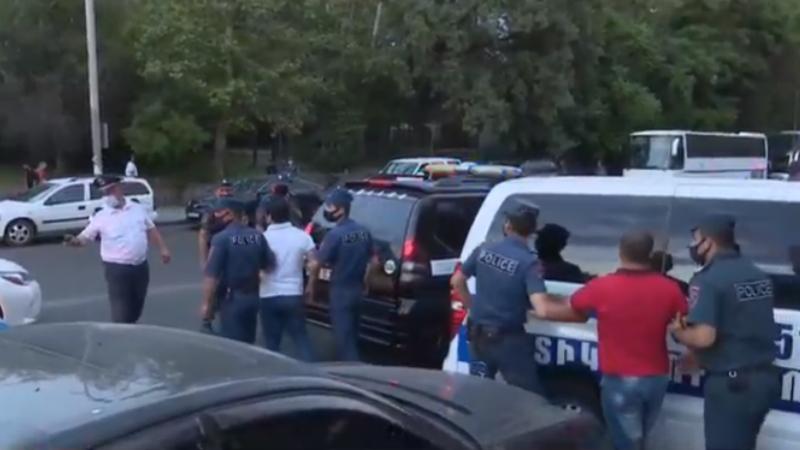 Ոստիկանները բերման են ենթարկում ԱԱԾ շենքի մոտ հավաքված քաղաքացիներին