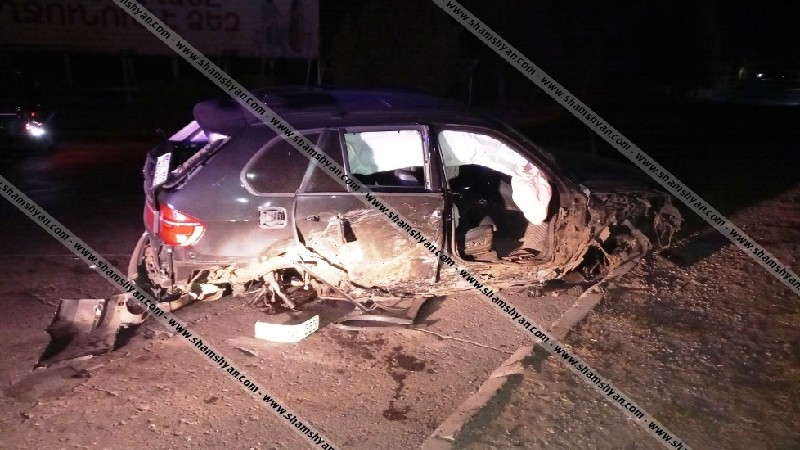 20-ամյա վարորդը BMW X5-ով բախվել է մայթեզրի քարերին, ապա ծառին. կան վիրավորներ