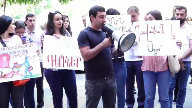 ՀՅԴ երիտասարդները Կառավարության շենքի դիմաց  բողոքի ակցիա են իրականացնում (ուղիղ միացում)