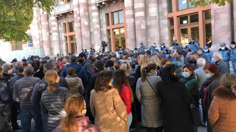 Արցախում գտնվող ժամկետային զինծառայողների հարազատները կրկին Կառավարության շենքի դիմաց են