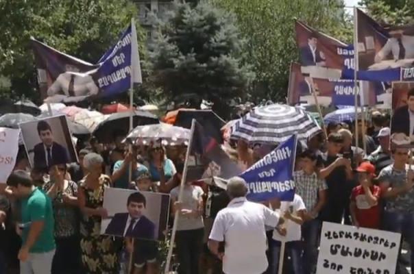 Պահանջում են ազատ արձակել կալանավորված քաղաքապետին. Մասիսցիները  բողոքի ակցիա են իրականացնում