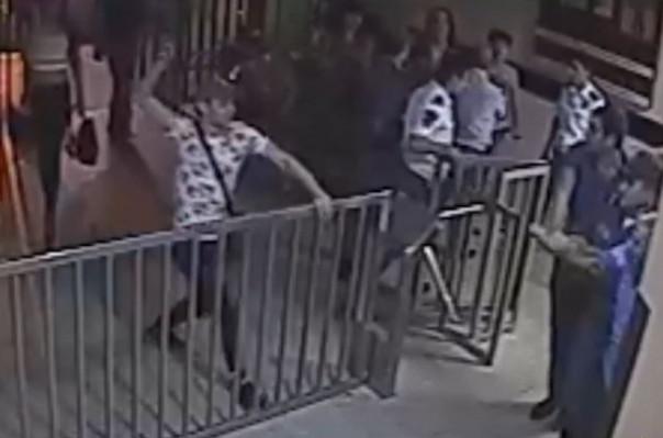 Նույնասեռականների խումբը ներխուժել է ոստիկանության բաժին. երկու ոստիկաններ մարմնական վնասվածքներ են ստացել (տեսանյութ)