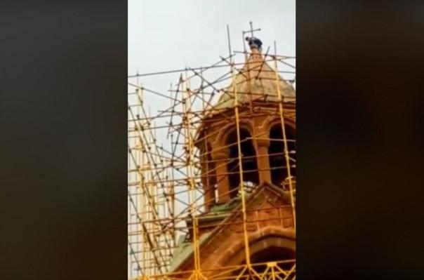 Տղամարդը փորձել է սղոցել Մայր Աթոռ Սուրբ Էջմիածնի Մայր տաճարի խաչը. հարուցվել է քրեական գործ (տեսանյութ)