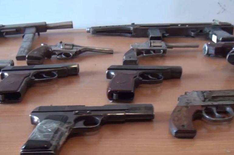 Ոստիկանության Նաիրիի և Արտաշատի բաժիններում կամավոր կերպով հանձնվել են նռնակներ և հրացան (տեսանյութ)