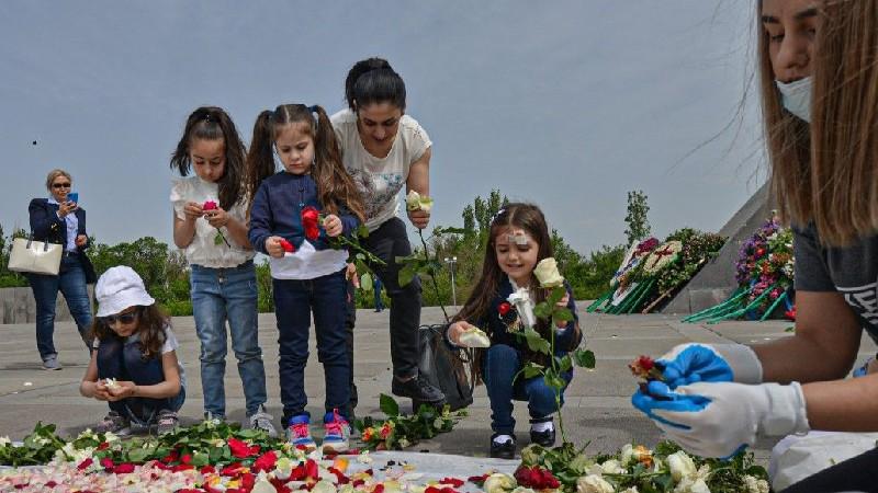 Հայոց ցեղասպանության 106-րդ տարելիցի միջոցառումները եզրափակվեցին ավանդական ծաղկահավաքով․ լուսանկարներ
