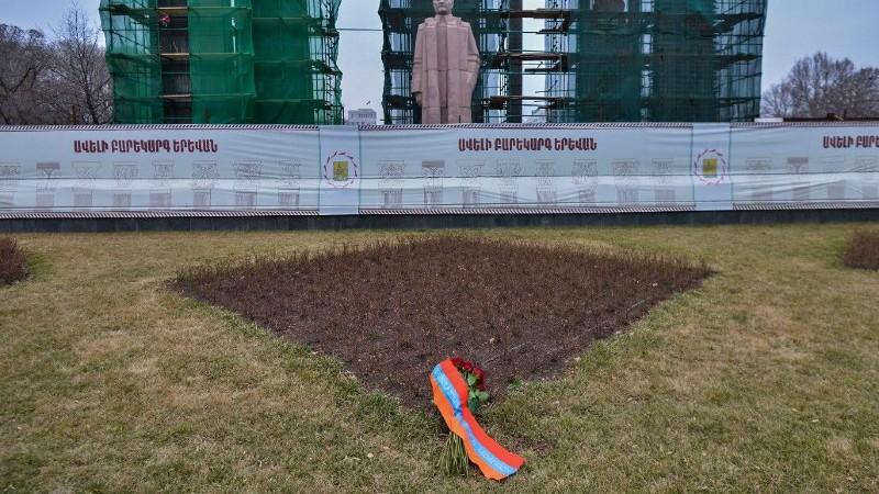 Արմեն Սարգսյանի անունից ծաղիկներ են դրվել Մյասնիկյանի արձանի մոտ