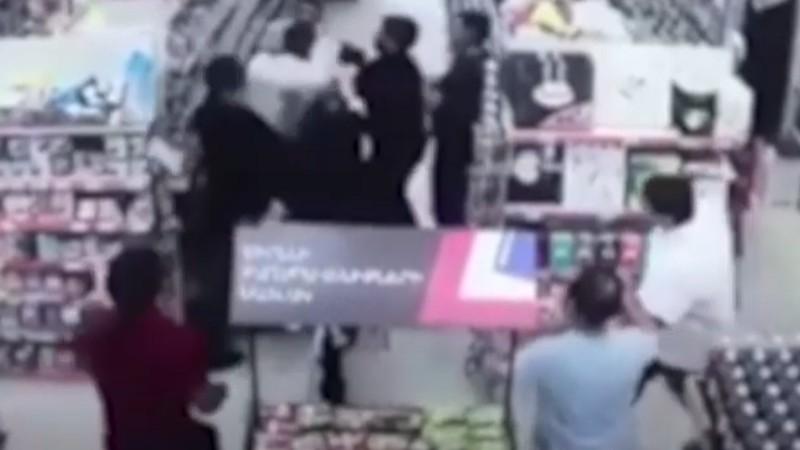 Նոր Նորքի սուպերմարկետներից մեկի տարածքի սեփականատերն ու նրա որդին ծեծել են նույն սուպերմարկետի անվտանգության ծառայության պետին (տեսանյութ)