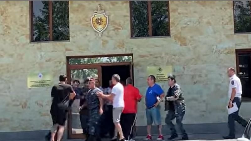 Ծեծկռտուք ոստիկանների մասնակցությամբ․ Հետք (տեսանյութ)
