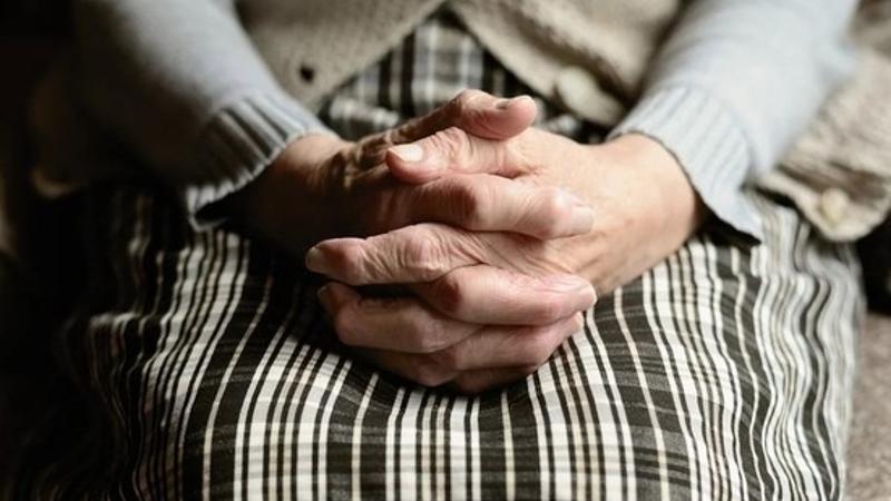 44-ամյա տղամարդը հարձակվել է 82-ամյա կնոջ վրա, հարվածներ հասցրել նրա կզակին, պարանոցին ու մարմնի այլ հատվածներին․ ՔԿ