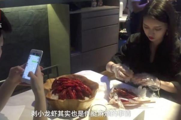 Չինական ռեստորանի հատուկ աշխատակցուհիները հաճախորդի փոխարեն մաքրում են խեցգետինը