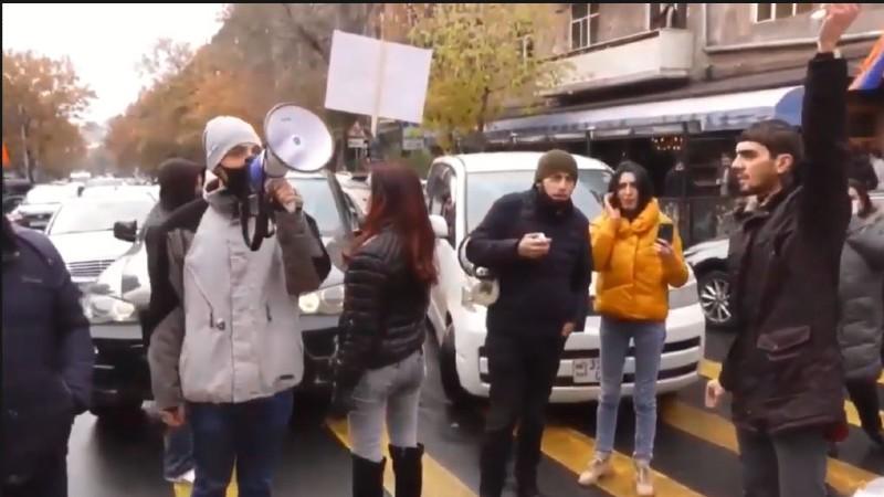 Դեկտեմբերի 8-ին բողոքի գործողությունների ընթացքում տարբեր բնակավայրերից ոստիկանություն է բերվել 100-ից ավելի անձ