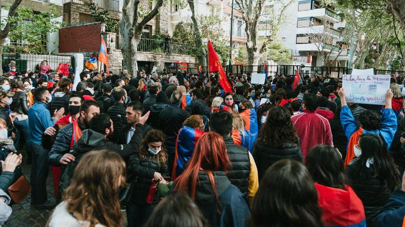 Արգենտինահայերը Թուրքիայի և Ադրբեջանի դեսպանատների դիմաց իրենց բողոքի ձայնն են բարձրացրել (լուսանկարներ)
