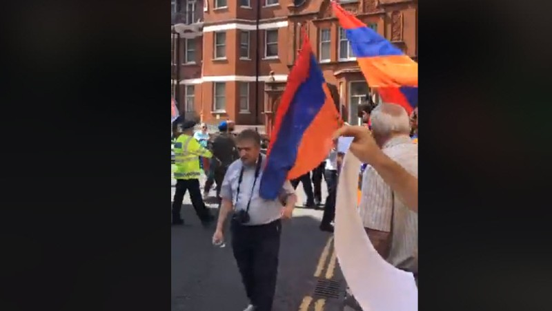 Լոնդոնում ադրբեջանցիները հարձակվել են բողոքի ցույց անող ՀՅԴ-ականների վրա (տեսանյութ)