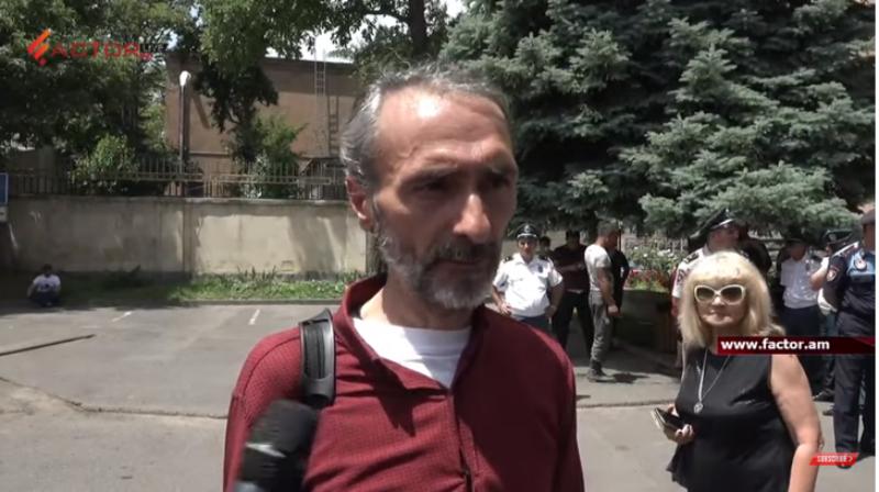 ՍԴ անդամի և Հրայր Թովմասյանի հրաժարականը պահանջողների միջև հրմշտոց է եղել. տեսանյութ. Factor.am