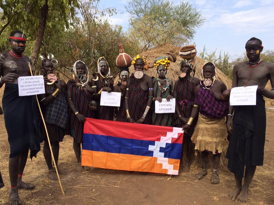 Մուրսի ցեղի ներկայացուցիչների Արցախի դրոշով լուսանկարը ֆոտոշոփ չէ