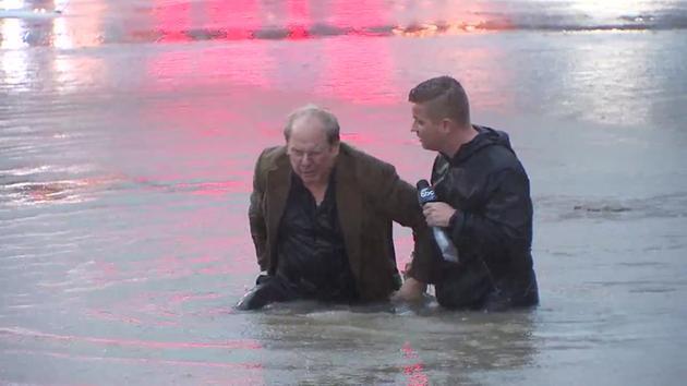 Տեխասցի լրագրողն ուղիղ եթերում տղամարդուն օգնել է փրկվել ջրհեղեղից (տեսանյութ)