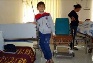 Ադրբեջանի արկակոծությունից վիրավորված 11-ամյա Գևորգ Գրիգորյանը քայլել է հենակների օգնությամբ