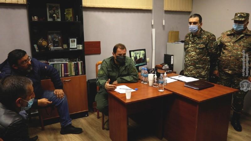 ՀՀ պաշտպանության նախարարը հանդիպել է անհետ կորած զինծառայողների ընտանիքների անդամներին