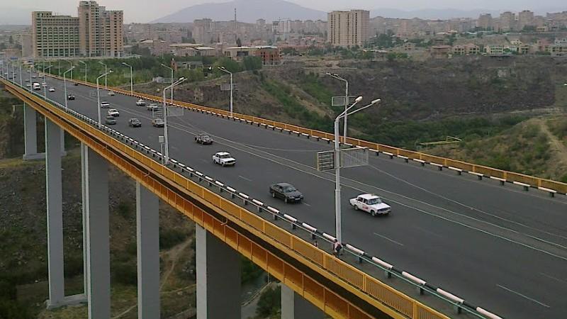 Ինքնասպանության փորձ․ քաղաքացին փորձում է նետվել կամրջից