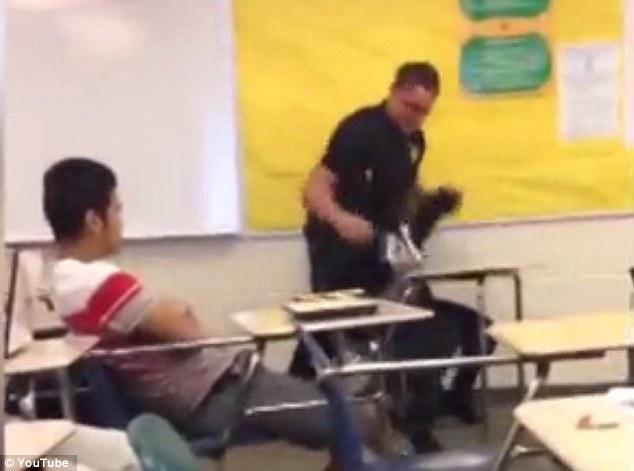 Ոստիկանն ամբողջ ուժով ուսանողին լսարանից դուրս է քաշում. սարսափելի է (տեսանյութ)