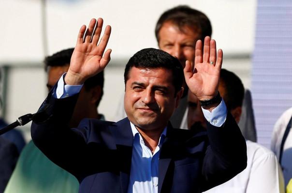 ԱՄՆ նախագահ Դոնալդ Թրամփի օգնականները իսրայելական մասնավոր հետախուզական գործակալություն են վարձել՝ ԱՄՆ նախկին նախագահ Բարաք Օբամայի վարչակազմի անդամների վերաբերյալ կոմպրոմատներ հավաքագրելու համար՝ գրում է The Guardian-ը:  Լրատվամիջոցի տվյալներով՝ պատվիրատուներին հետաքրքրել է, թե ովքեր են Իրանի միջուկային համաձայնագրի շուրջ բանակցություններում ներգրավված հիմնական մարդիկ: Գործակալների խնդիրն է  մերկացնող տեղեկությունների հայտնաբերումը, ինչը հնարավորություն կտա վարկաբեկելու համաձայնագիրը, որի դեմ բացահայտ քննադատական վերաբերմունք ունի ԱՄՆ ներկայիս նախագահը: